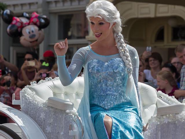 Disneyland Paris Se Met Aux Couleurs De La Reine Des Neiges Badabim