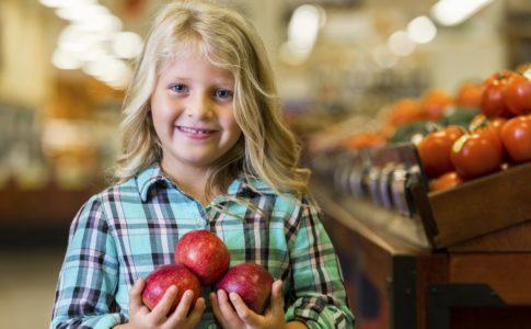 Enfant tenant des pommes